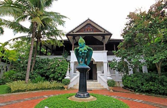Saraphi, Thailand: Jardin et chambres, situé juste à l'arrière des villas sur pilotis...