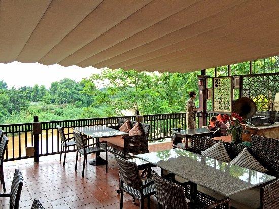Saraphi, Thailand: terrasse du restaurant, près de la réception et de la piscine, très bien situé