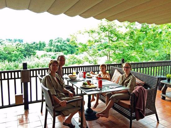 Saraphi, Thailandia: terrasse du restaurant, près de la réception et de la piscine, très bien situé
