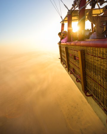 ‪دُبي, الإمارات العربية المتحدة: Picture yourself up in a hot air balloon above the golden dunes - Dubai‬