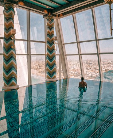 Dubai, Förenade Arabemiraten: The Talise Spa infinity pool overlooking the city at the Burj Al Arab