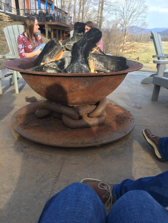 Nellysford, VA: The fire pit is very nice and quiet to sit by and see some great views of the beautiful mountain