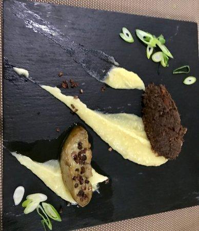 """Montbrison, Francia: Lièvre comme """" à la Royale"""" L'Effiloché grand veneur L' Escalope de foie gras grué cacao Moussel"""
