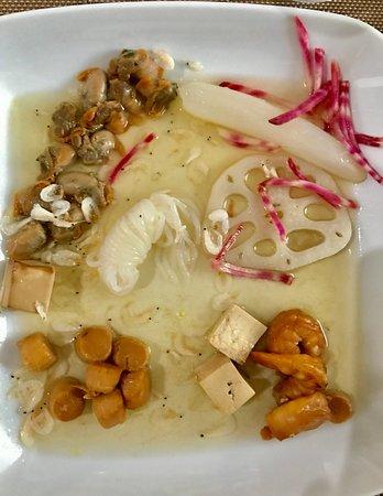 Montbrison, Francia: Coques Gambas Pétoncles bouillon Dashi instantané, chioggia, radis glaçon, tofu, crevettes