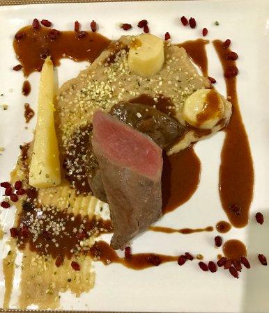 Montbrison, Francia: Pavé de cerf, jus de vigne épine- Vinette, topinambour caroube, persil racine, graines de chanvr