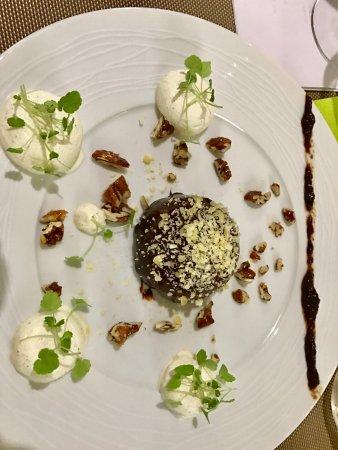 Montbrison, Francia: Dome chocolat Galaxie, fleur de muscade Macis, feuillantine praliné, crème battu cardamome,