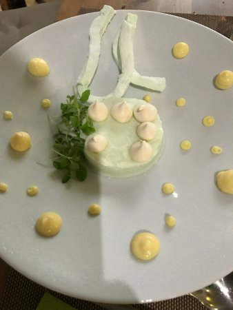 Montbrison, Francia: Vacherin éclaté, Cristille glacé, guimauve, crémeux citron, Lemon cress, meringue