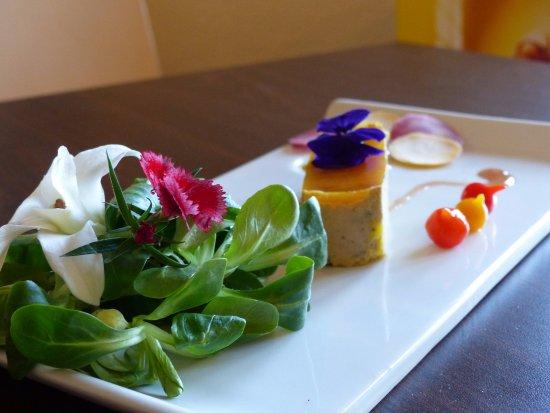 Saint-Nazaire-en-Royans, France: assiette foie gras de canard IGP  et gelée fruits de la passion avec salade de jeunes pousses