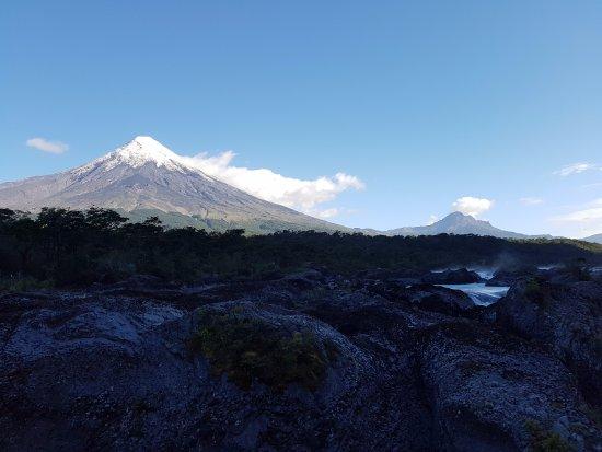 Petrohue, شيلي: Saltos del Petrohué. Volcán Osorno.
