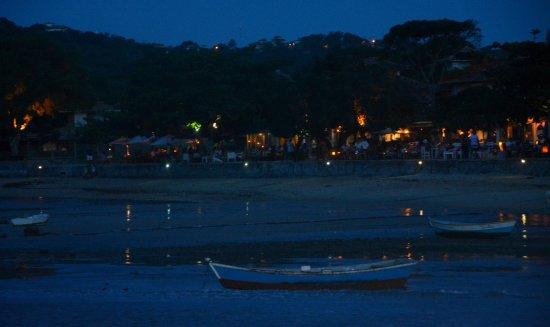 Búzios, RJ: Cae la noche, bella imagen desde el muelle.