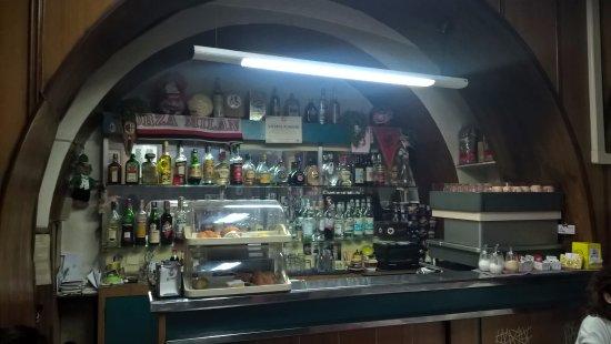 """Trattoria Tacconi: Il banco del bar in versione immancabilmente """"vintage"""" genuino."""
