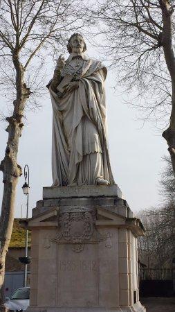 Statut de Richelieu à l'entrée du parc