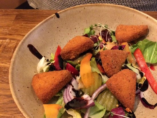 Tremadog, UK: Breaded cheese with salad and balsamic dressing