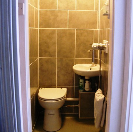 Newlyn, UK: Suite 3/3a small ensuite shower room