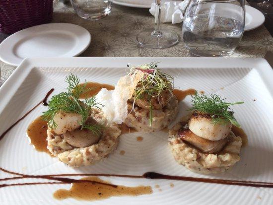 Souillac, Francia: Noix de St Jacques et boudin blanc snackés, purée de cèleri rave à la cacahuète, jus court vanil