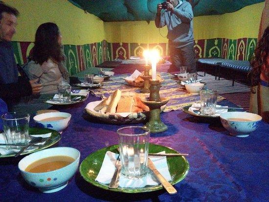Atlas du Sable: Cena en una de la jaima comedor