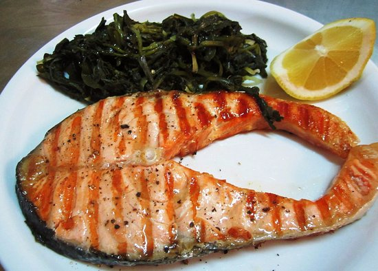 Azolimnos, Grecia: Salmon on the grill with wild boiled greens
