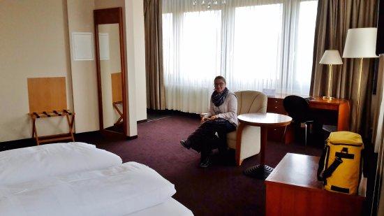 Ross Messehotel: Großes helles Eckzimmer mit fluffigen Betten
