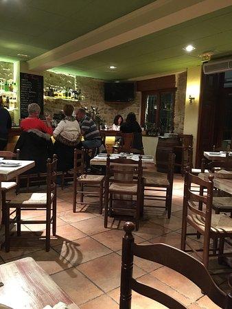 Tasca Les Monges : Gezellige locatie, goede bediening. Wasem broodjes uit de oven met aioli. Wij hadden de paella V