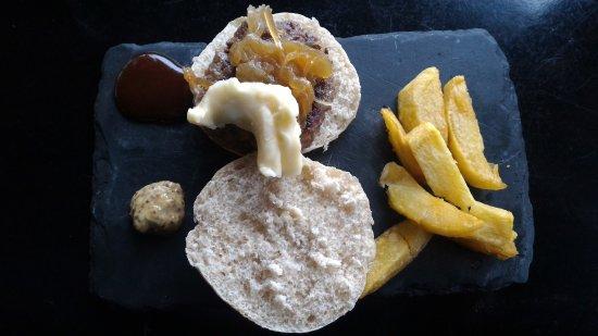 Castilleja de la Cuesta, Spain: Tapa de adobo, salmón y hamburguesita de buey