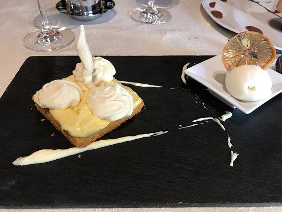 Violay, Francia: La tarte au citron meringuée avec la glace citron-cardamome