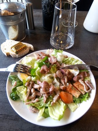 Quevert, France: salade en entrée, toujours différente d'un jour sur l'autre, toujours fraiche et gourmande