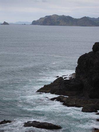Fletcher Bay Backpackers: Hohe Wellen krachen auf die Felsen am Fletscher Bay