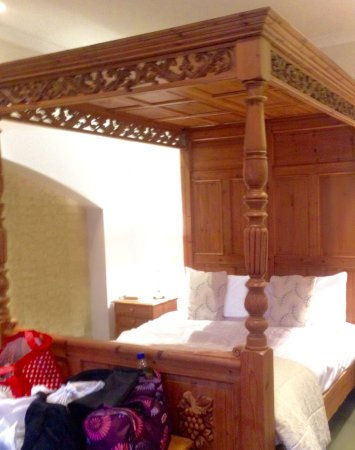Greta Bridge, UK: Antique Pine Four Poster Bed in Crystal Bungalow.....
