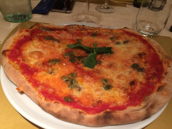 Montone, İtalya: Pizza Fortebraccio e pizza Napoli