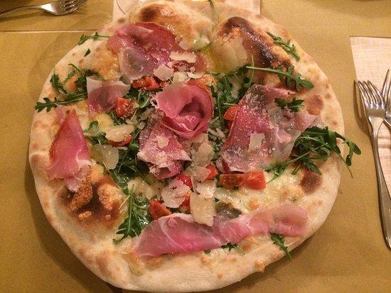 Montone, Włochy: Pizza Fortebraccio e pizza Napoli