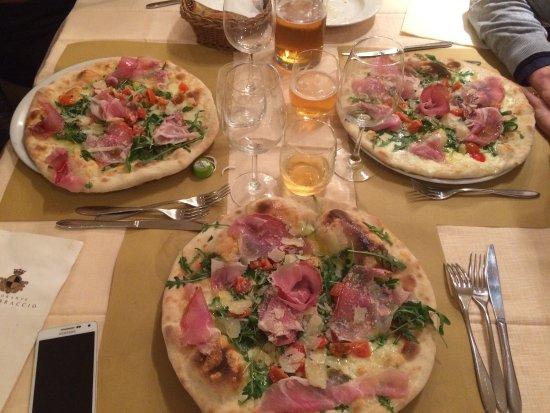 Montone, Italia: Pizza Fortebraccio e pizza Napoli