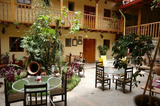Apu Huascaran Hostal: Courtyard