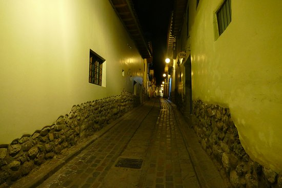 Apu Huascaran Hostal: Street view at night