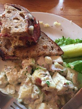 ลอว์เรนซ์, แคนซัส: Rubin with potato salad. Super generous and mouth watering. I always go for this sandwich.