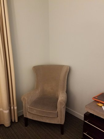 Kimpton Lorien Hotel & Spa: Armchair with no lamp to read by