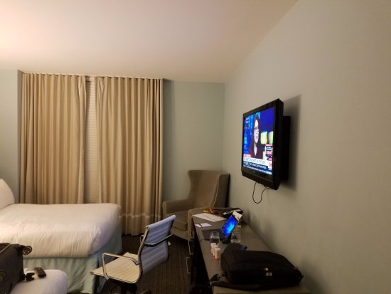Kimpton Lorien Hotel & Spa: No lights to illuminate the work space.