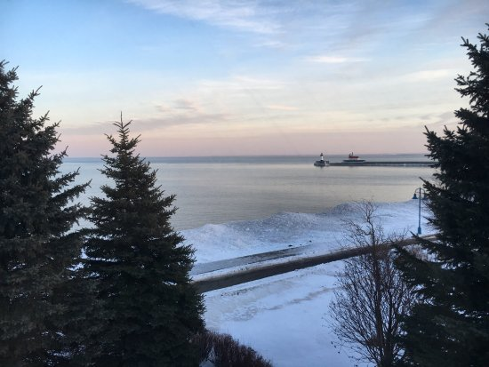 Hampton Inn Duluth: View from corner king whirlpool suite