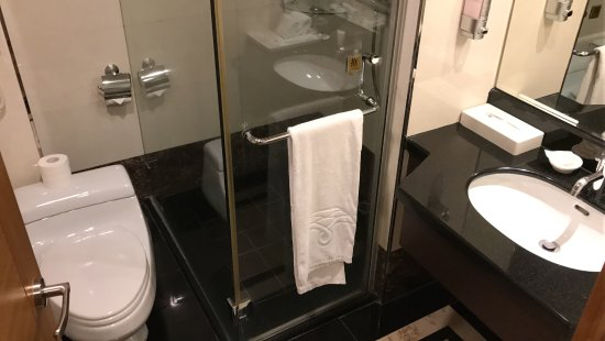 Fullon Hotel Taoyuan: Modern bathroom with Shower and Bath
