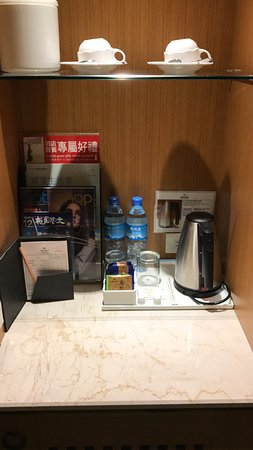 Fullon Hotel Taoyuan: Minibar with coffee and water