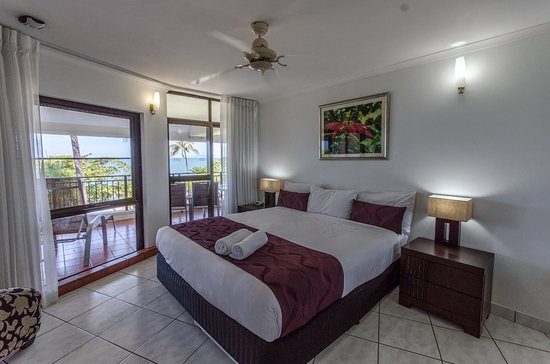 Roydon Beachfront Apartments: Large comfy king seized beds opening to sea view balconies in the Sea View Apartments
