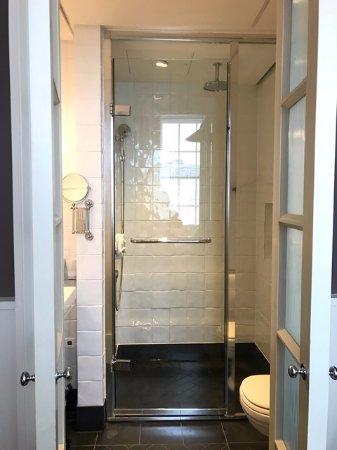 Great Northern Hotel, A Tribute Portfolio Hotel: Walk-in shower