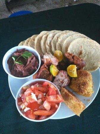 Aserri, Costa Rica: excelentes platos tipicos de nuestra tierra, y parte de los viajeros tambien.