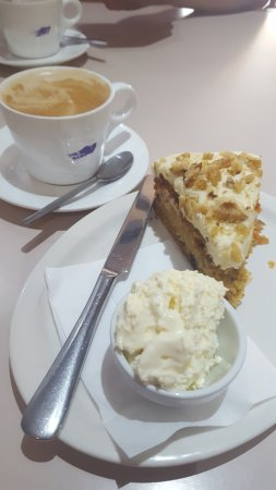 ‪‪Mansfield‬, أستراليا: WITCHES BREW flat white coffee and carrot cake with cream‬