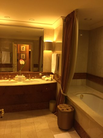 Grand Hotel Wien: Bathroom with bathtub and shower