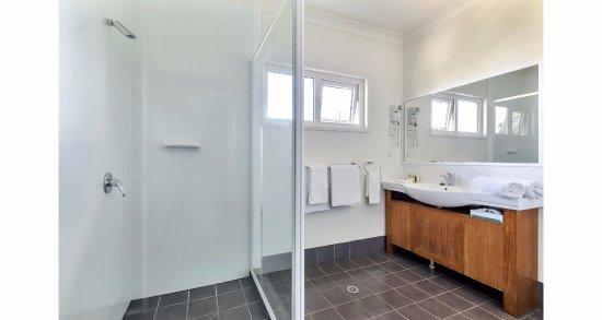 Warwick, Australia: 2 Bedroom Apartment - bathroom with walk-in shower