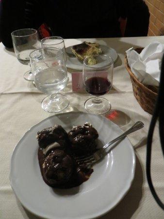 Radicofani, Italië: Profitterol e tiramisù