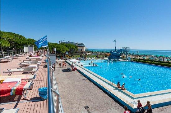 Vista della piscina dal solarium picture of villaggio al for Villaggio jesolo