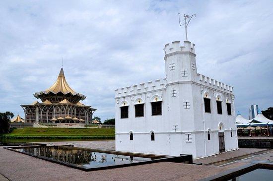 Hotel Grand Continental Kuching: Square Tower - 1.8 Km away