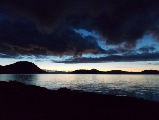 Tierra del Fuego, Chile: anochecer a orillas de Lago blanco. Foto tomada cerca de la playa.