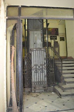 فندق بيلا لونا: get help operating the elevator